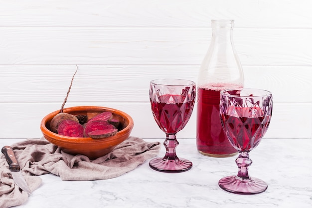 Gesneden rode biet en rood sap in wijnglazen Gratis Foto