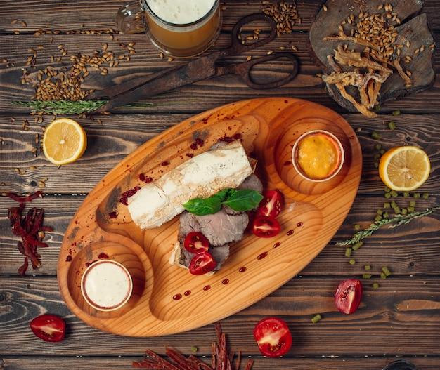 Gesneden rundvlees in brood met tomaten Gratis Foto