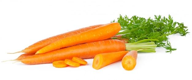 Gesneden verse wortelen geïsoleerd Premium Foto