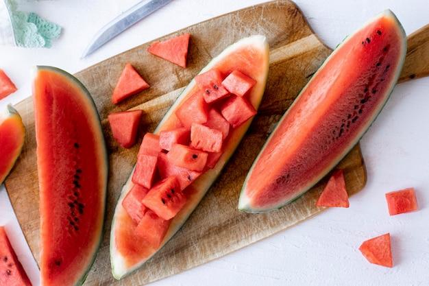 Gesneden watermeloen op een witte tafel Gratis Foto