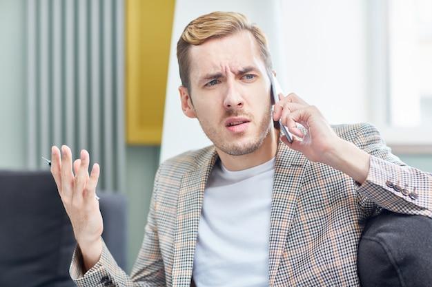 Gespannen telefoongesprek Gratis Foto