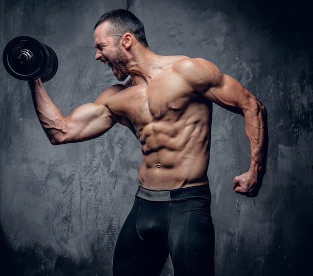 Gespierde man doet biceps workouts Premium Foto