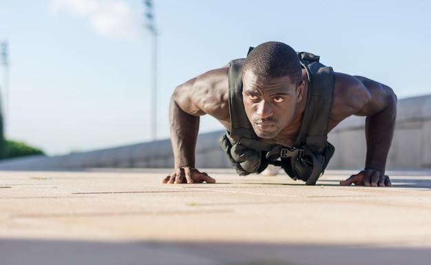 Gespierde man doet push-ups Premium Foto