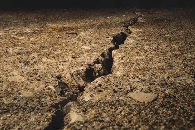 Gespleten grond bedekt met stenen onder het zonlicht Gratis Foto