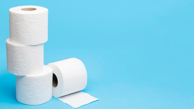 Gestapeld toiletpapier met exemplaarruimte Gratis Foto