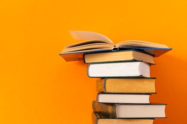 Gestapelde boekenstapel met exemplaarruimte Premium Foto