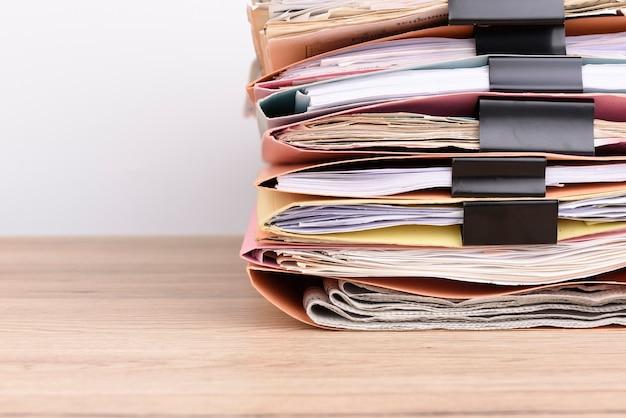 Gestapelde documenten op het bureau. Premium Foto