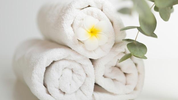 Gestapelde witte handdoeken Gratis Foto