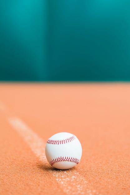 Gestikt wit honkbal op het veld Gratis Foto