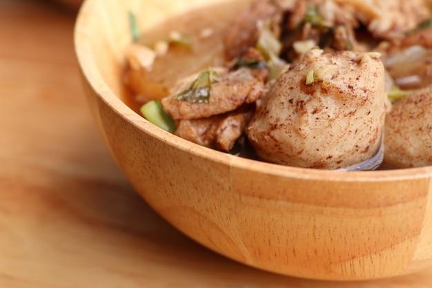 Gestoofde varkensvleessoep met gehaktbal Premium Foto