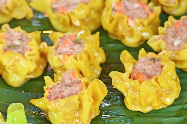 Gestoomde dumplings bij straatvoedsel Premium Foto