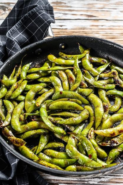 Gestoomde edamame bean green soybean in een pan Premium Foto