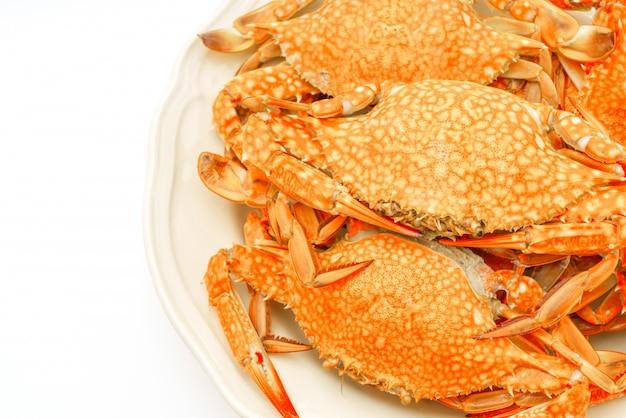 Gestoomde krabben op een witte achtergrond. Gratis Foto