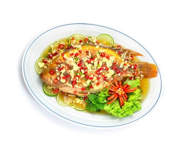 Gestoomde vis met limoensaus pittige smakelijke rode tilapia vis thais eten Premium Foto
