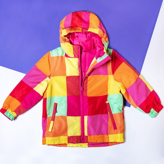 Gestreepte capuchon jas geïsoleerd bovenaanzicht Premium Foto