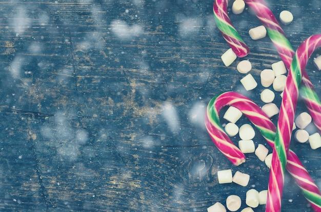 Gestreepte kerststokken en marshmallows Premium Foto