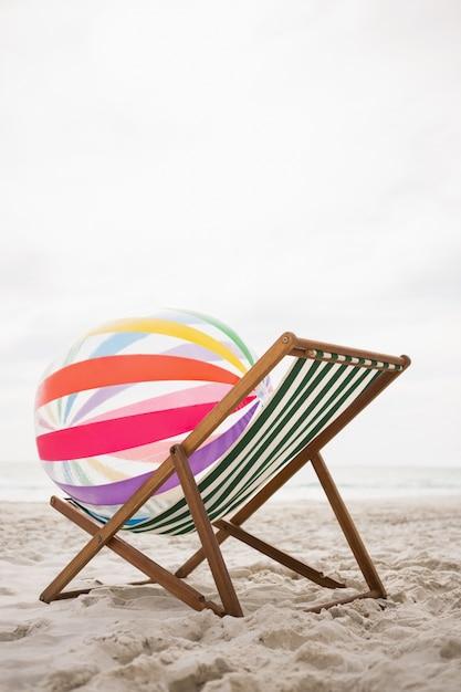 Gestreepte strandbal bleef leeg strand stoel Gratis Foto
