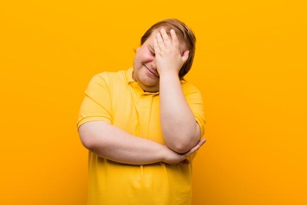 Gestrest, beschaamd of overstuur, met hoofdpijn, gezicht met hand bedekkend Premium Foto