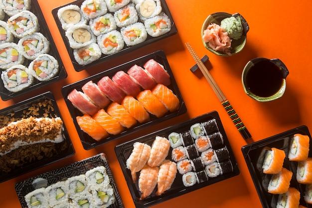 Gevarieerde sushi-tafel, van boven gezien. Premium Foto