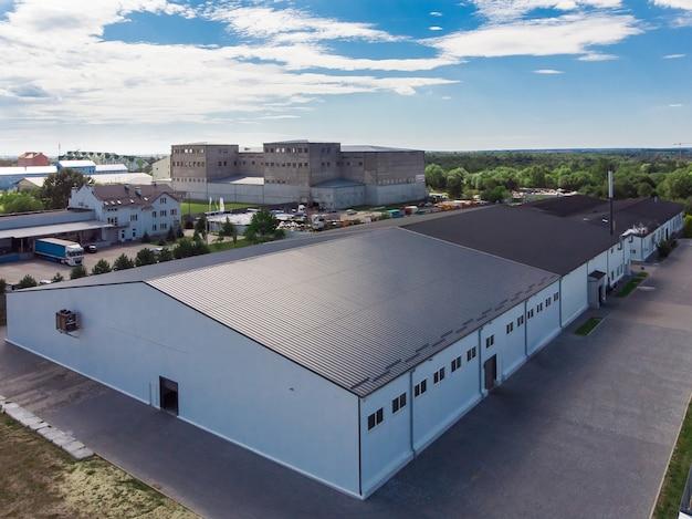 Gevel van een modern commercieel fabrieksmagazijn Premium Foto