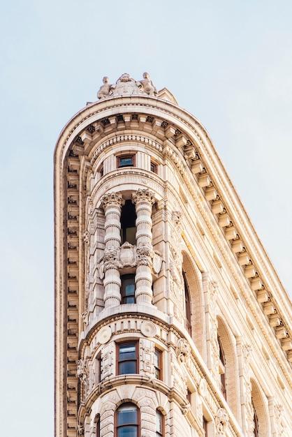 Gevel van het oude gebouw met sculpturen Gratis Foto