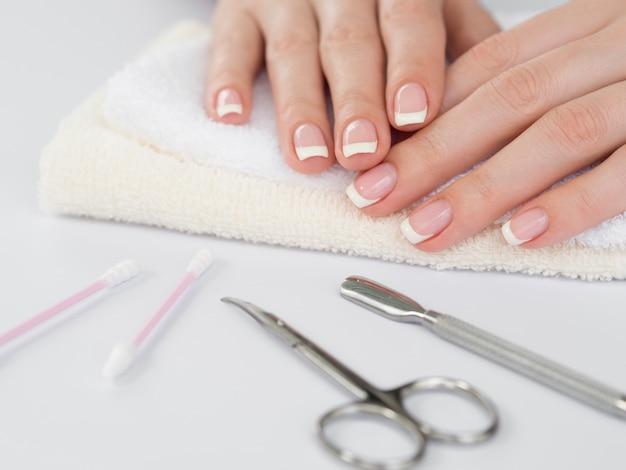 Gevoelige vrouwenhanden en manicurehulpmiddelen Premium Foto
