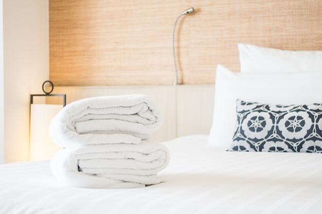 Gevouwen handdoeken op een bed Gratis Foto