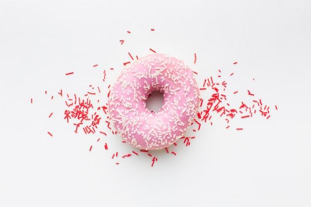 Gevulde doughnut op duidelijke achtergrond Gratis Foto