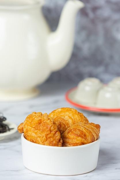 Gevulde kip kerrie soezen op tafel. Gratis Foto