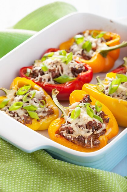 Gevulde paprika met vlees en groenten Premium Foto