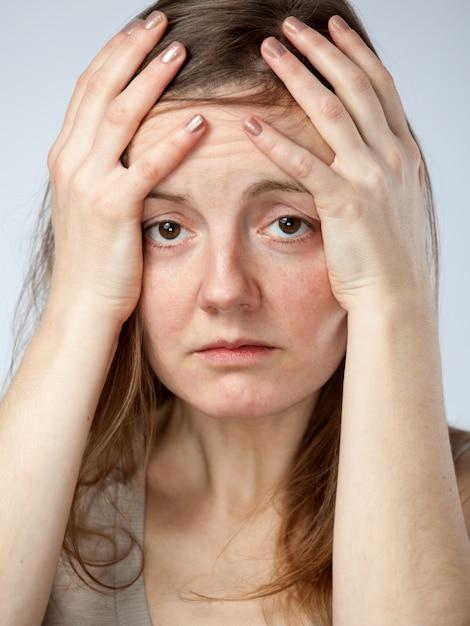 Gewanhoopte vrouw, handen op het voorhoofd Premium Foto