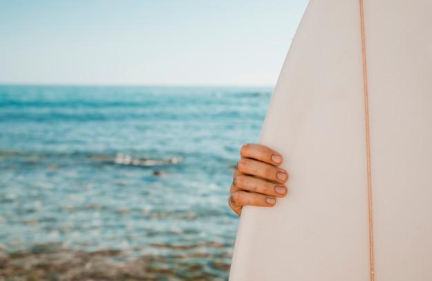 Gewas hand met surfplank Gratis Foto
