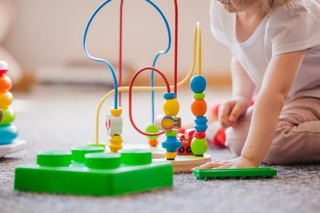 Gewas kind met speelgoed Premium Foto