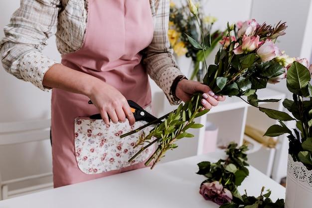 Gewasbloemist die bloemen voorbereiden Gratis Foto