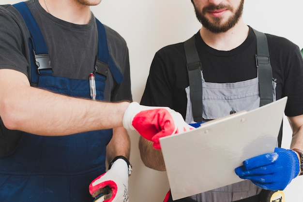 Gewasreparateurs die met tablet werken Premium Foto