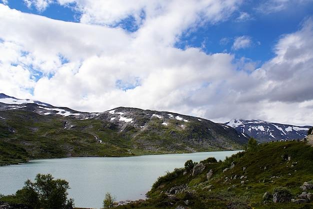 Geweldig bergachtig landschap met een prachtig meer in noorwegen Gratis Foto