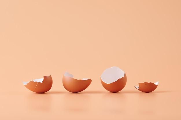 Geweldig schot van eierschalen geïsoleerd op oranje Gratis Foto