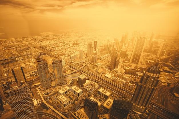 Geweldig uitzicht vanaf de hoogten in de stad met wolkenkrabbers in dubai Gratis Foto
