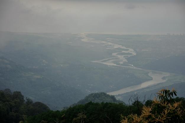 Geweldig uitzicht vanaf hoge toppen van de bergen Premium Foto
