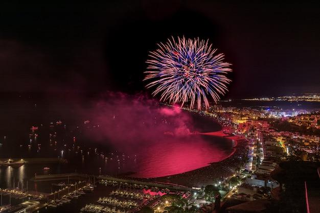 Geweldig vuurwerk boven de blanes in catalonië. spanje Premium Foto