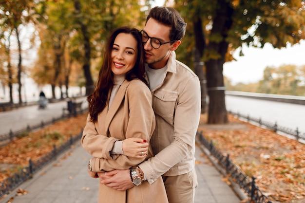 Geweldige europese paar poseren samen in koude dag. stijlvolle greppel dragen. herfst seizoen. romantische stemming. Gratis Foto
