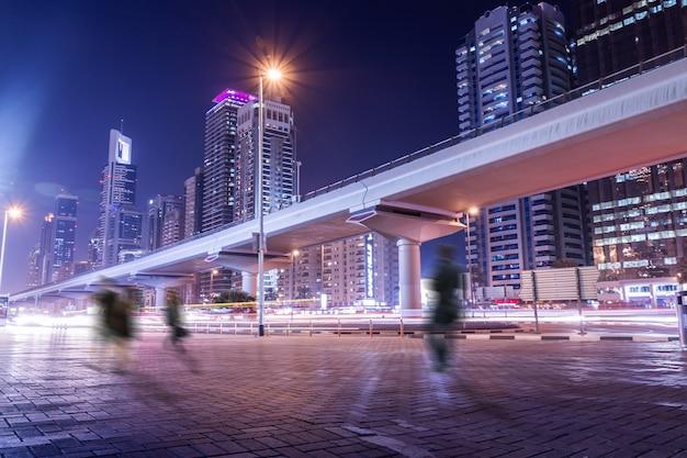 Geweldige nacht sfeer in dubai. mensen op straat in motio Gratis Foto