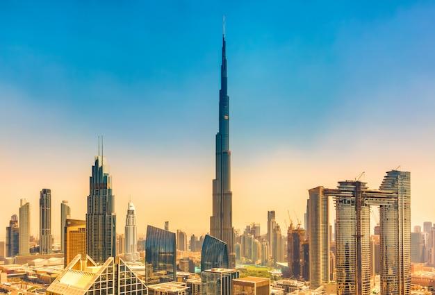 Geweldige skyline stadsgezicht met moderne wolkenkrabbers in dubai, verenigde arabische emiraten Premium Foto