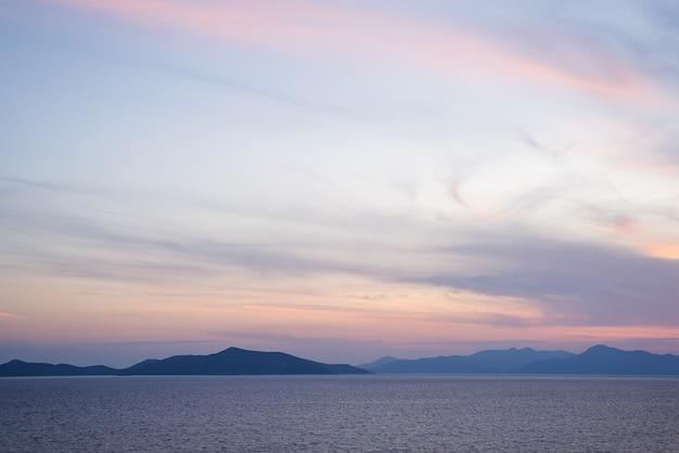 Geweldige strandzonsondergang met eindeloze horizon en ongelooflijke schuimende golven. Premium Foto