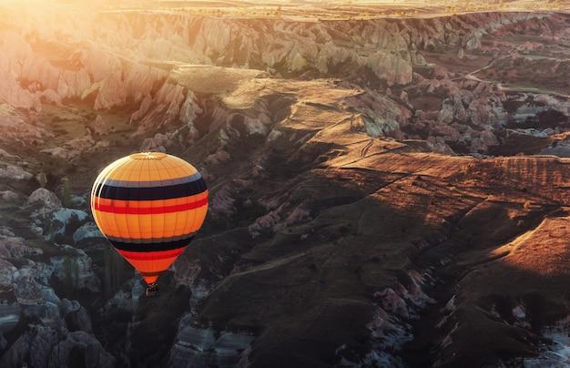 Geweldige zonsondergang over cappadocië. mooie kleurenballonnen. kalkoen Premium Foto