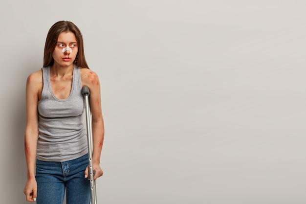 Gewonde vrouw herstelt na ongeval met geïsoleerde krukken Gratis Foto