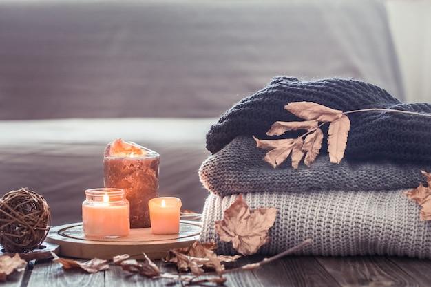Gezellig herfststilleven met kaarsjes en een sweater Gratis Foto