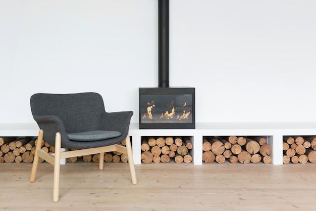 Gezellig minimalistisch interieur met open haard in een lichte kamer Premium Foto