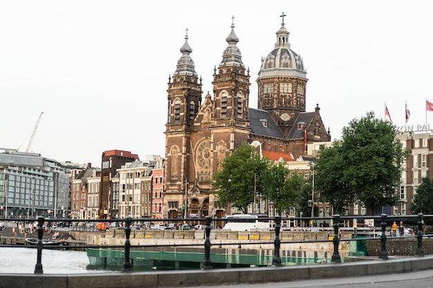Gezellige binnenplaatsen van amsterdam, banken, fietsen, bloemen in kuipen. straten van amsterdam Gratis Foto