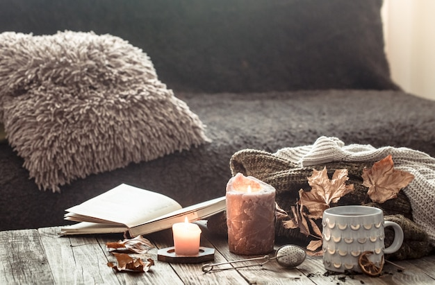 Gezellige herfst ochtend ontbijt in bed stilleven scène. dampende kop warme koffie, thee in de buurt van raam. vallen. Premium Foto